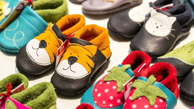 Viele Lederpuschen im Regal, aber welche sind die richtigen für die Füße meines Kindes?