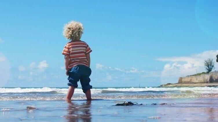 Sonnencreme-für-Kinder-im-Test-am-Meer
