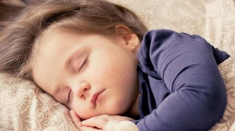Kind mit Grippe im Bett Erkältungszeit Kind mit Ohrenschmerzen