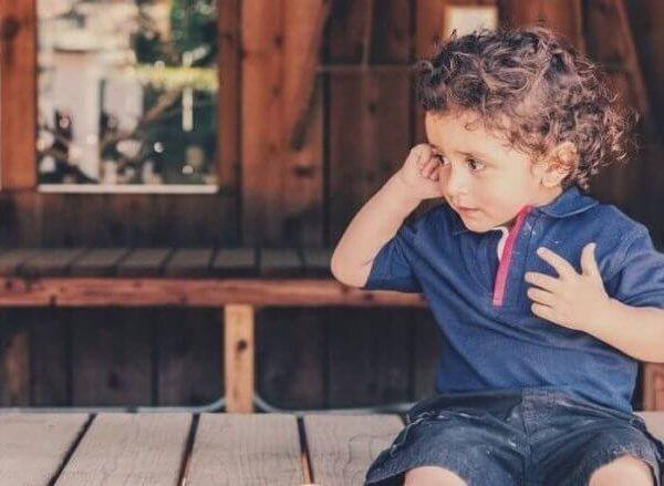 kind-mit-ohrenschmerzen-tipps-zur-behandlung-von-mittelohrentzündung