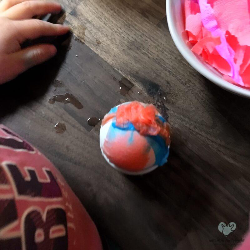 Ostereier färben mit Kindern Krepppapier Kind basteln Idee DIY Ostern Bastelidee Osterfest Elternblog Südtirol Tipps für Eltern Suedtirol Elternportal