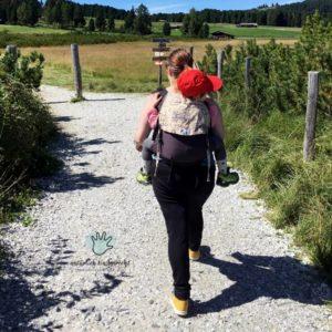Babytragen Tragehilfe Onbuhimo Villanderer Alm wandern Familie mit Kind Wandertipps Silvia Rabensteiner Elternblog Wandertipps Empehlung Wanderwege Rundwege Kinder Familie Kind Südtirol Wanderwege Wanderzwerge Suedtirol