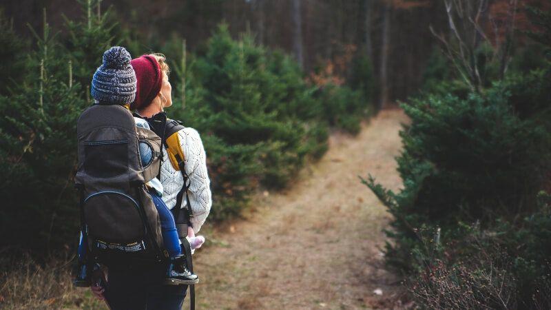 Tragen-in-der-Kraxe-Wandern-mit-Kind-Tragehilfe-wandern