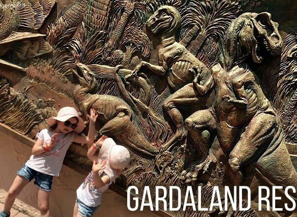 Zwei Kinder vor einer Dinosaurier-Wand in Gardaland