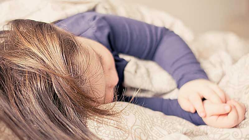 fiebersenkender Wadenwickel und Waschungen bei Kindern