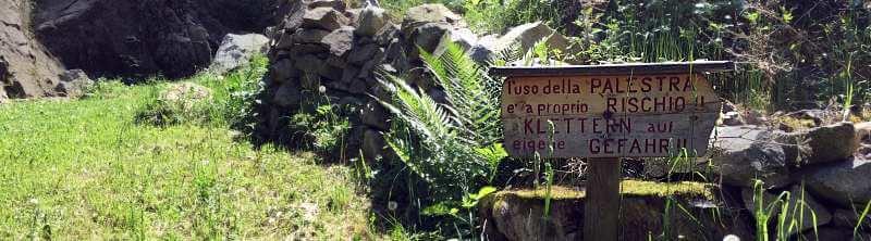 Klettergarten Franzensfeste Hinweisschild Klettern auf eigene Gefahr