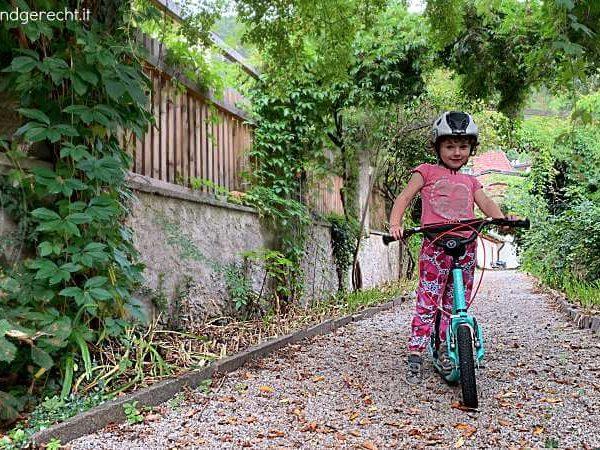 Kinderroller-fahren-auf-jedem-Untergrund