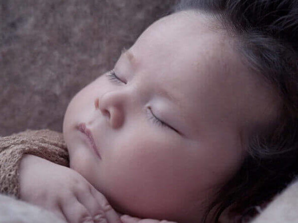 Baby schläft dank Erkältungsbalsam trotz Husten ganz ruhig