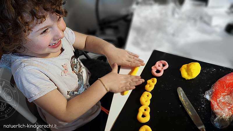 Mädchen bastelt mit ungifter essbarer und selbstgemachter Knete