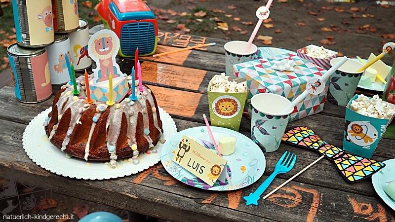 ein Guglhupf steht auf dem Zirkus-Geburtstagstisch