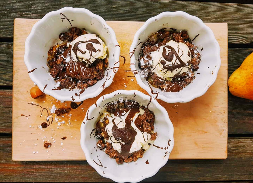 Birnen-Schoko-Crumble mit Vanilleeis