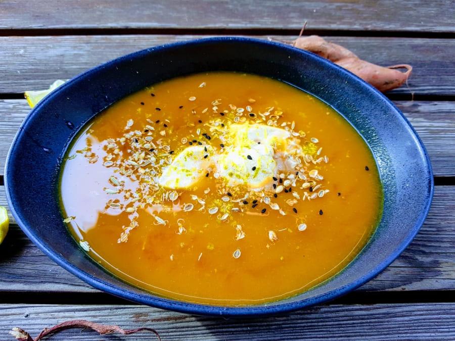 Süßkartoffelsuppe mit Currysahne und Limette