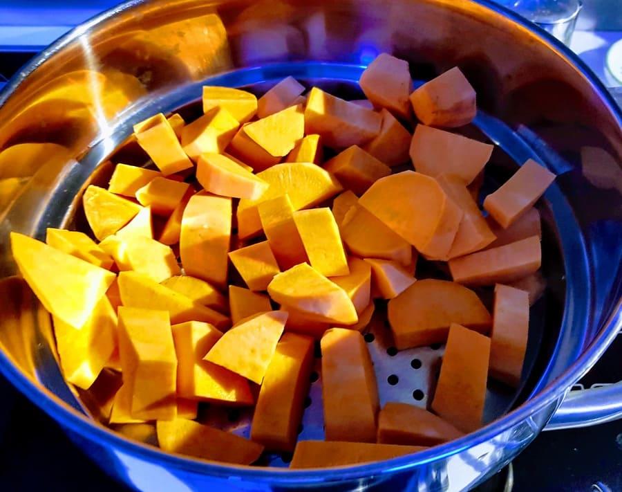 Süßkartoffelwürfel im Dampfgarer