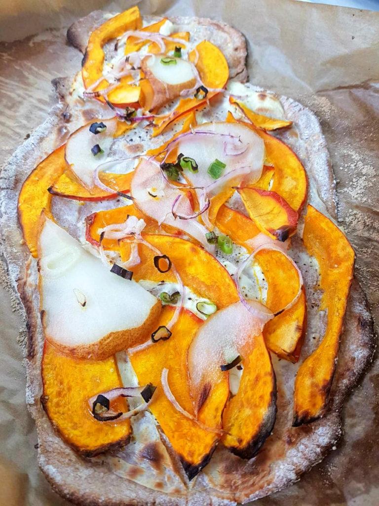 Dinkelvollkorn-Flammkuchen mit Kürbis und Birne 3