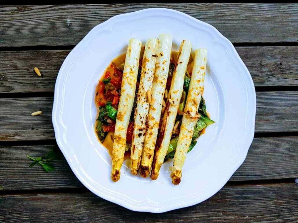 Natürlich-glücklich-Ofenspargeln-mit-Pak-Choi-und-Tomaten