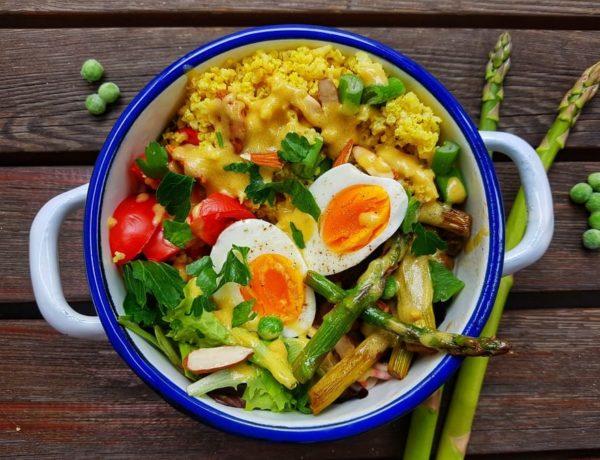 Spargel-Erbsen-Bowl mit Hirse und Ei