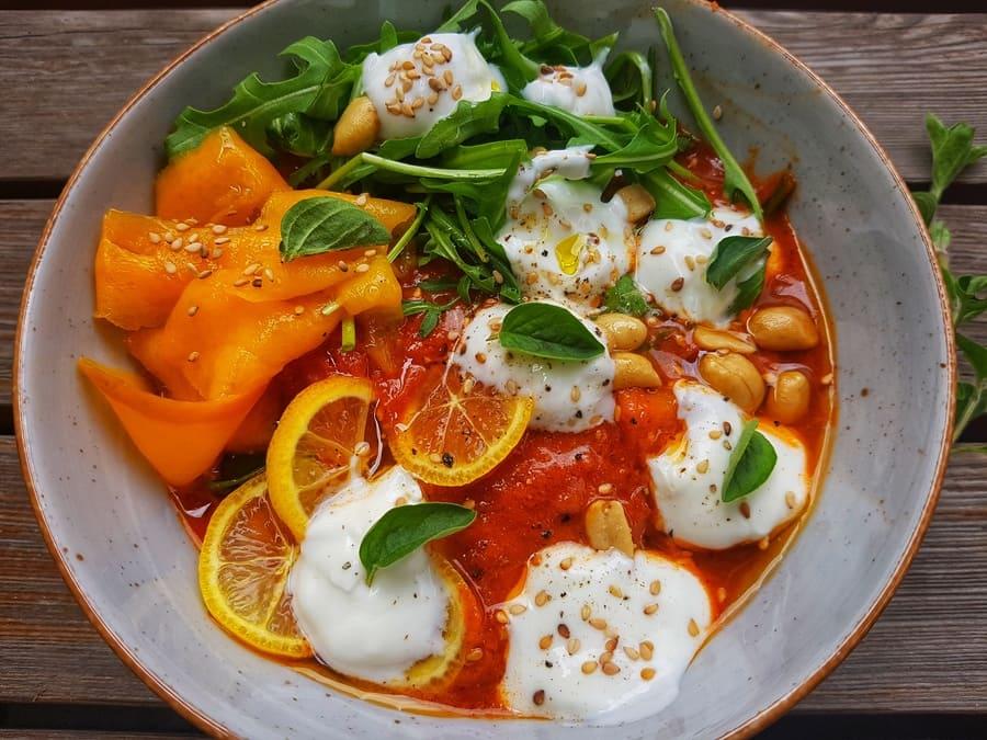 Süßkartoffel-Kichererbsen Bowl mit Mango