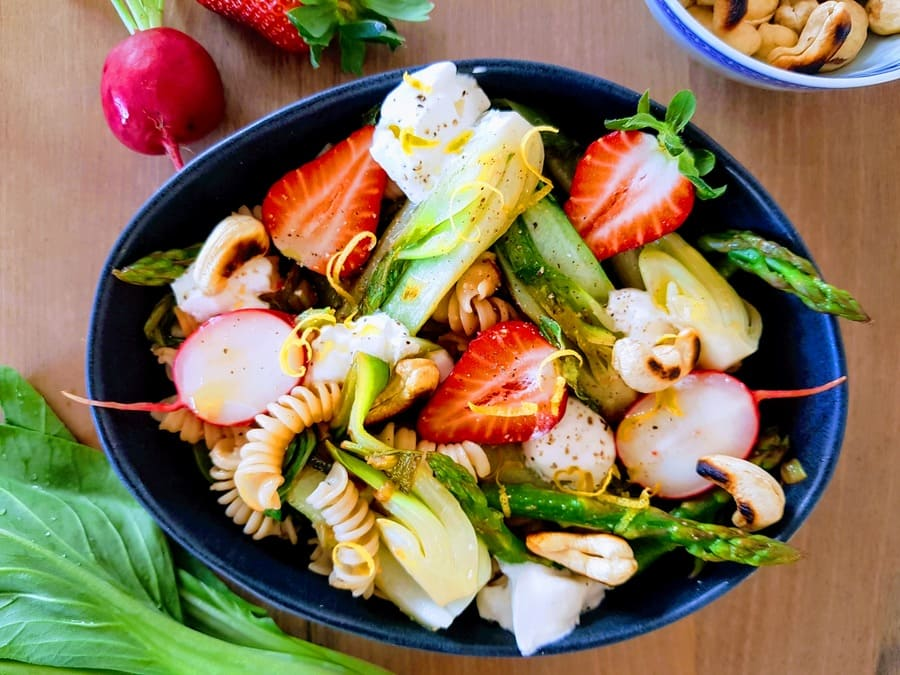 Pak Choi-Spargel-Bowl mit Erdbeeren und Vollkornreisnudeln