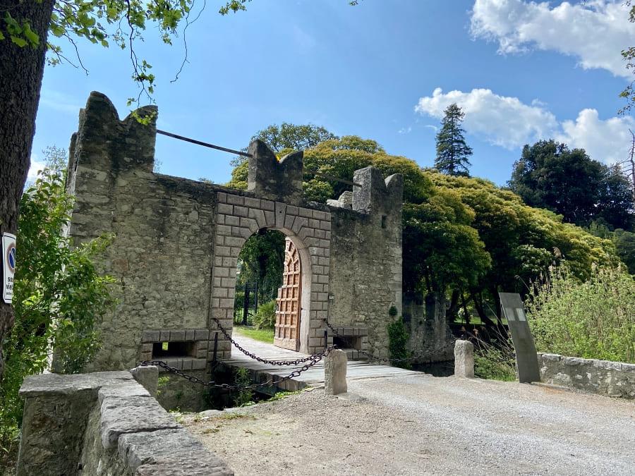 Tobliner Schloss am Tobliner See in Trient